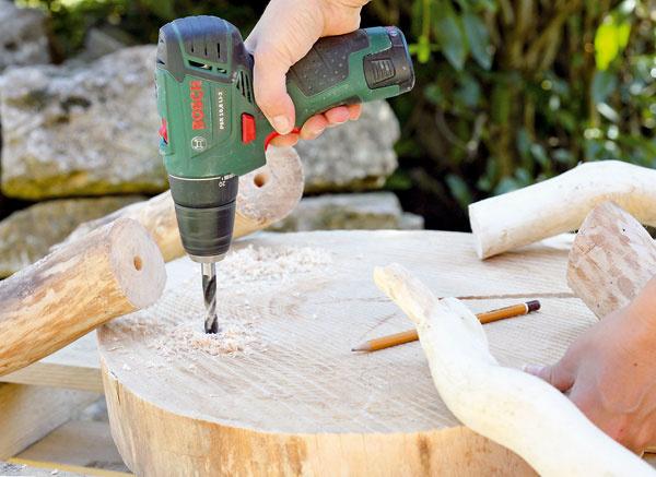 4. Na drevených kruhoch naznačte zo zadnej strany miesta, na ktorých chcete upevniť nohy. Tam navŕtajte diery do hĺbky 4cm arovnaké diery navŕtajte aj do nôh stolčeka.