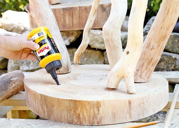 6. Do dier na nohách a stolíku vytlačte disperzné lepidlo na drevo, zasuňte kolíky aspojte.