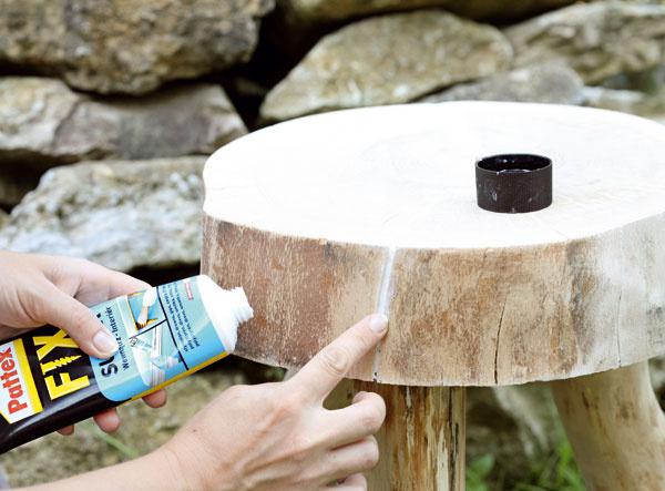 7. Aby sa prípadné širšie praskliny ďalej nezväčšovali, zatmeľte ich lepidlom na drevo.