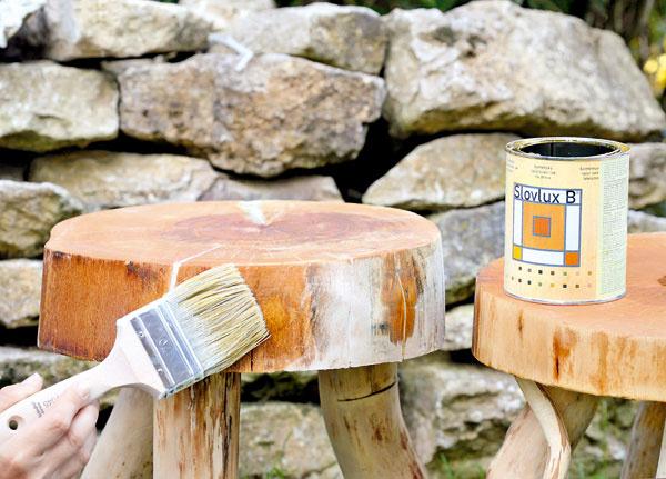 8. Stolček natrite lakom na drevo – zvýrazní jeho štruktúru. Ak do bezfarebného pridáte farebný lak, vytvoríte jemný mliečny povlak.