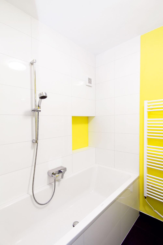 Nika pri vani je určená na odloženie hygienických potrieb, ktoré treba mať poruke, vzásuvke umývadlovej skrinky je ďalší odkladací priestor na väčšie amenej často používané predmety, napríklad čistiace prostriedky. Keďže miestnosť nemá prirodzené vetranie, uloženie uterákov abielizne tu architekti neodporúčali.