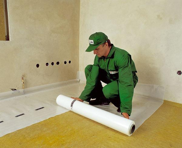 Podiel na redukcii tepelných strát domu má aj zateplenie podlahy. Predbetonážou treba minerálnu vlnu chrániť fóliou.