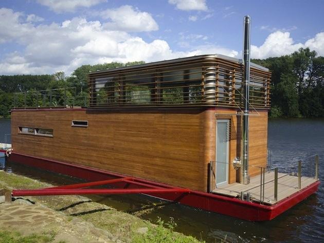 Sayboat sa okrem ukotvenia pri brehu môže plaviť aj po rieke.