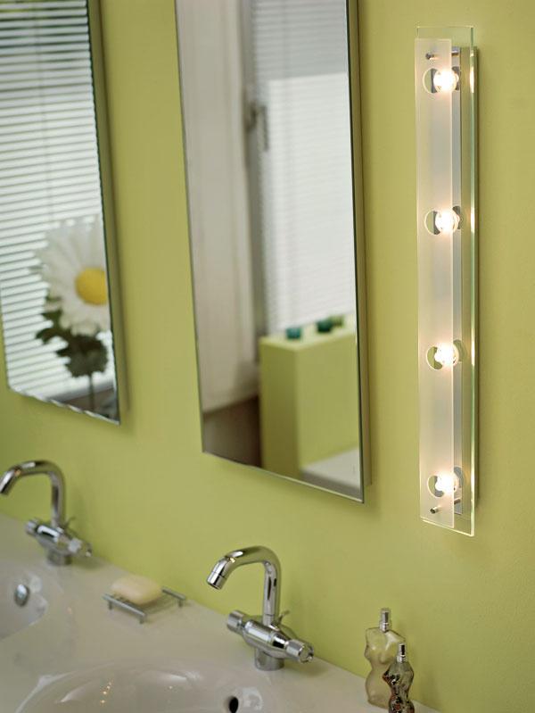 Halogénové osvetlenie zrkadla v kúpeľni – ideálne je umiestniť ho vertikálne z oboch strán.