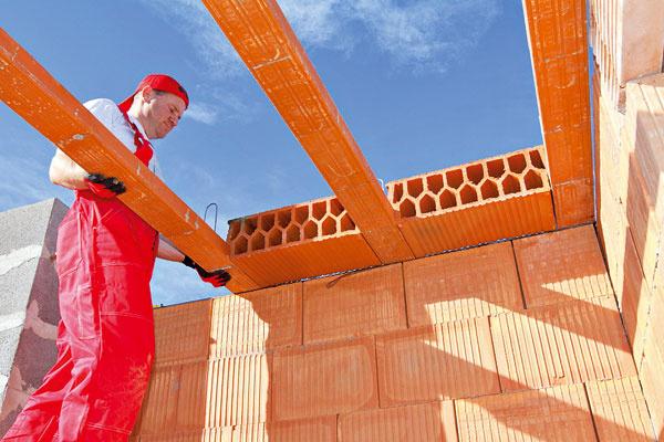 Zo systému keramických prvkov Porotherm postavíte takmer všetky zvislé aj vodorovné nosné anenosné konštrukcie hrubej stavby. Snovou generáciou tehál pre obvodové múry, vktorej sa spája pevnosť keramiky atepelnotechnické vlastnosti minerálnej vlny, môžete stavať bez ďalšieho zatepľovania murivo sparametrami nízkoenergetických domov. Na výber máte murovanie pomocou špeciálnej tenkovrstvovej malty alebo murovanie na penu, vďaka čomu sa tepelnotechnické vlastnosti jednovrstvovej steny ešte vylepšia.