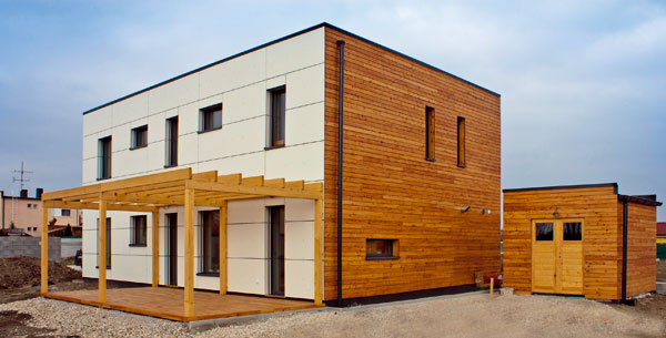 Pasívny typový dom Ecocube zateliéru Createrra je príkladom kombinovania rôznych materiálov podľa ich funkcie vkonštrukcii. Hlavnú nosnú úlohu tu má drevo. Tepelnoizolačné vlastnosti zabezpečuje minerálna vlna aakumulačnú zložku tvoria nepálené tehly vstropoch adutých drevených priečkach.