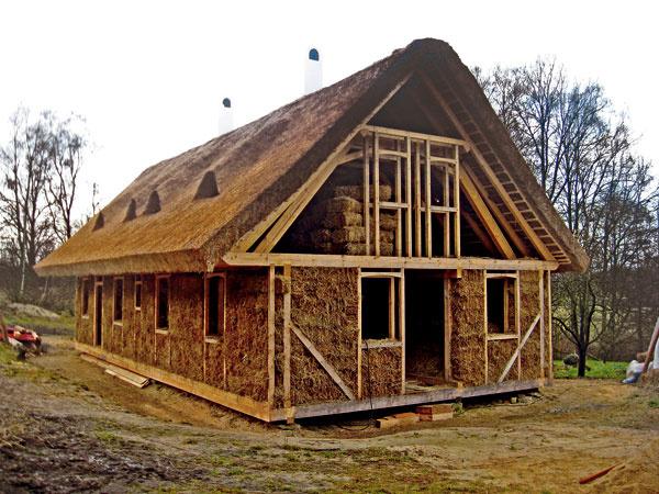 ento romantický domček je ukážkou prírodnej architektúry, teda architektúry svyužitím výhradne prírodných materiálov. Takýto prístup si vyžaduje vyberať jednotlivé materiály presne podľa toho, aké vlastnosti im dala do vienka príroda. Autor domu využil pevnosť dreva, tepelnoizolačné vlastnosti slamy atŕstia aakumulačnú schopnosť nepálenej hliny akameňa.