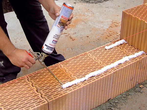 Murovaním na penu odstránite tepelné mosty zložnej škáry aoproti klasickému spôsobu ušetríte 50 % času.