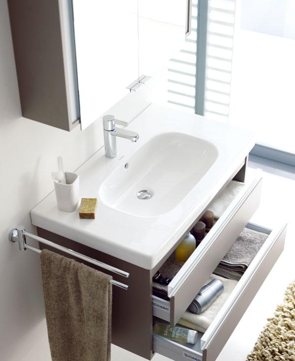 Umývadlová skrinka Ketho od firmy Duravit sdvoma zásuvkami od dizajnéra Christiana Wernera. Čisté pravouhlé línie priebežná vodorovná úchytková lišta zhliníka, zapustená medzi drevené plochy, čoumožňuje ergonomické otváranie. Cena skrinky 738 €. Cena umývadla D-code (85 cm), cena 394 €. Predáva Domoss.
