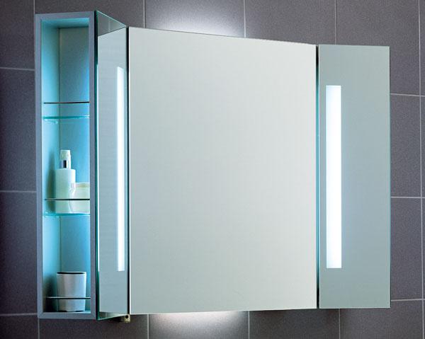 Zrkadlová skrinka City Life A130 20 00 od firmy Villeroy & Boch sosvetlením vypínačom na pohybový senzor (4 svietidlá). Tri sklenené poličky vnútri, bočné výkyvné diely, do ktorých sú zaintegrované zvislé svietidlá, vypínač, elektrická zásuvka. Cena 2271 €.