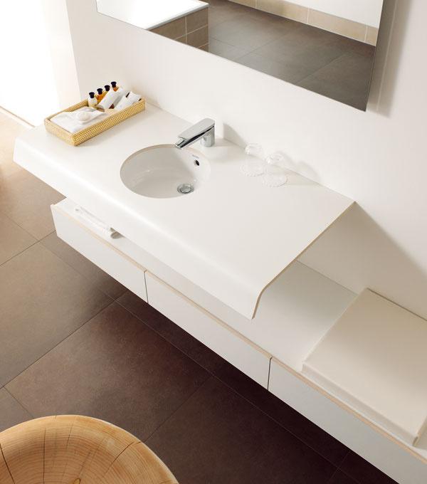 Kúpeľňová séria Onto od firmy Duravit, dizajnér Matteo Thun. Keramika sa neumiestňuje na konzolu, ale samotné umývadlá, hranaté alebo okrúhle, sa stávajú držiakom pre konzolu, ktorá vpredu prechádza vjemnej krivke nadol asvojím oblúkom tak umývadlu vytvára obklad. Konzola pod umývadlo so zásuvkami asedením, doska na mieru, cena 530€, spodné skrinky (100 × 44cm), cena 1248 €, sedenie, cena 178 €. Kruhové umývadlo spriemerom 33,5cm, cena 205 €. Cena zostavy 2161 €. Predáva Domoss.