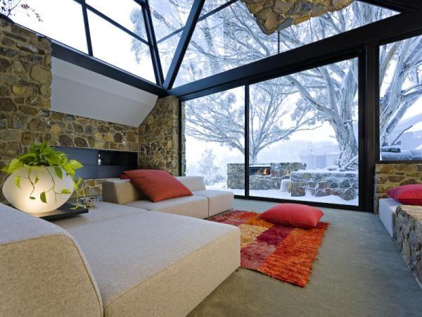 Na jedinečnosti domu pridávajú aj mohutné lomené okná.