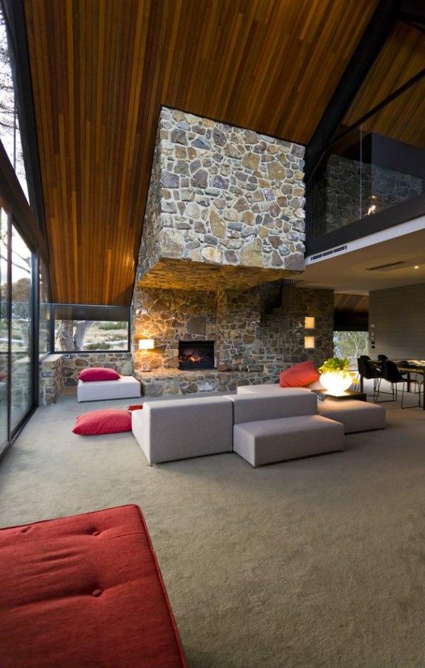 V kombinácii s rustikálnou kamennou fasádou dotvárajú honosný výraz domu.