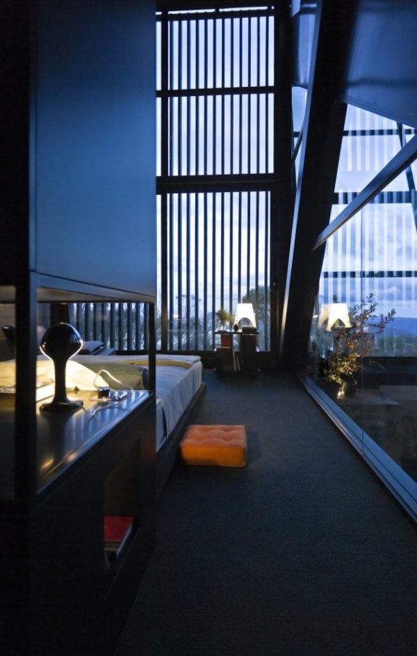 Zariadenie interiéru je vkusne doplnené konzolovým kozubom či jednoduchými doplnkami z ocele.