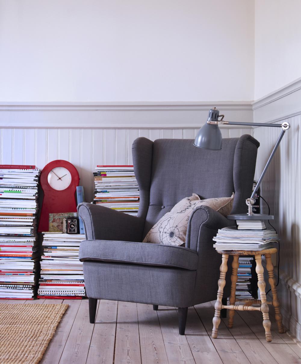Ak ste zamilovaní do svojich kníh, tzv. zaknihovaní, rozdeľte si knižky na tie, ktoré v blízkej dobe nebudete čítať, a tie, ktoré na vás ešte čakajú. Tie, ktoré už majú vaše čítanie za sebou, postavte k stene na seba a vytvorte si tak originálne zátišie vášho čítacieho kútika.