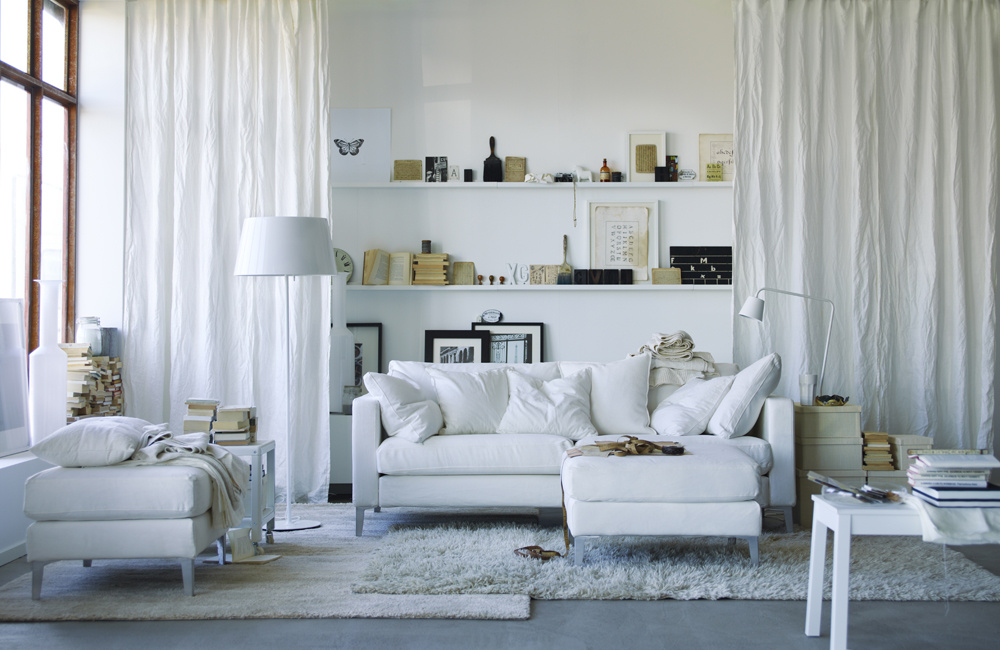 Ak patríte k priečkomaniakom a jednotlivé funkčné zóny potrebujete mať od seba oddelené, hlavne nemurujte. Namiesto pevných stien zvoľte radšej látkové. Zalátkujte sa do jemných, ľahkých a pastelových látok, ktoré váš domov nezaťažia.