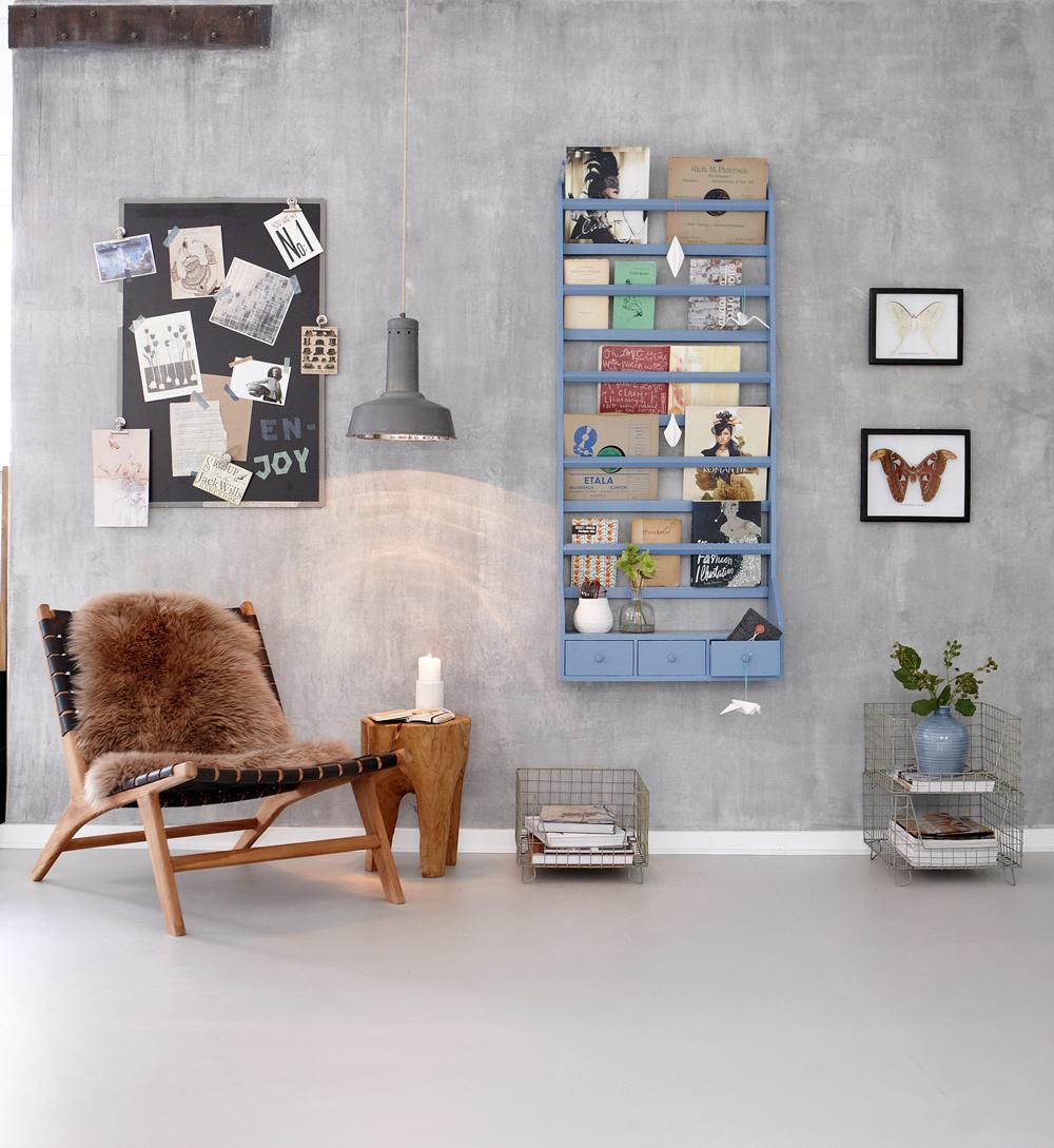 Nie všetko musí zostať skryté. Stena poskytuje veľa miesta na úložné priestory. Ak sa pohráte s farbami doplnkov a do políc ich pekne nakombinujete, nikomu nebude prekážať ich viditeľnosť.