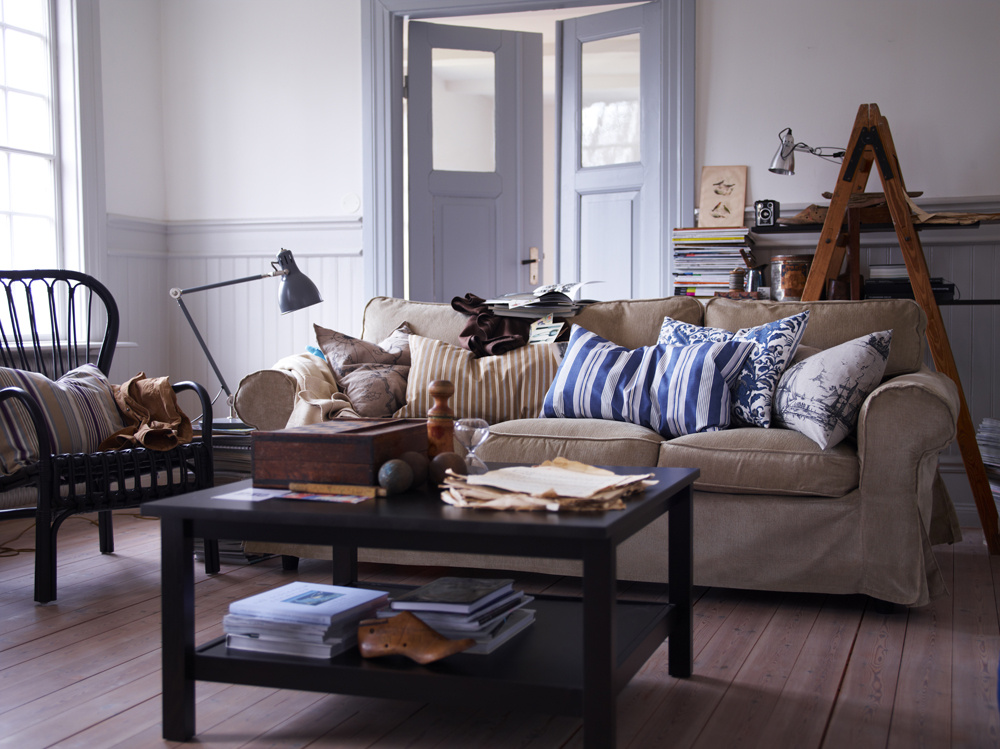 Rozkladací gauč ponúka v dnešnej dobe rovnaký komfort ako posteľ. Ba čo viac, ak si zvolíte mäkký, látkový, zaoblený gauč, zútulní váš maličký domov, aj keď možno na úkor vzdušnosti. Všetko, čo sa dá skladať a rozkladať, si garsónky okamžite zamilujú.