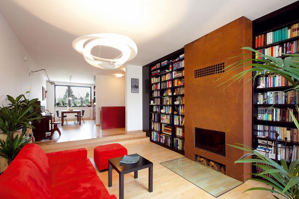 Dominantu obývačky tvorí hrdzavý kozub, pred ktorým je sklo zapustené vlepenej jaseňovej podlahe. Centrálne osvetlenie obývačky vyberala, rovnako ako ostatné svetlá, odborníčka.