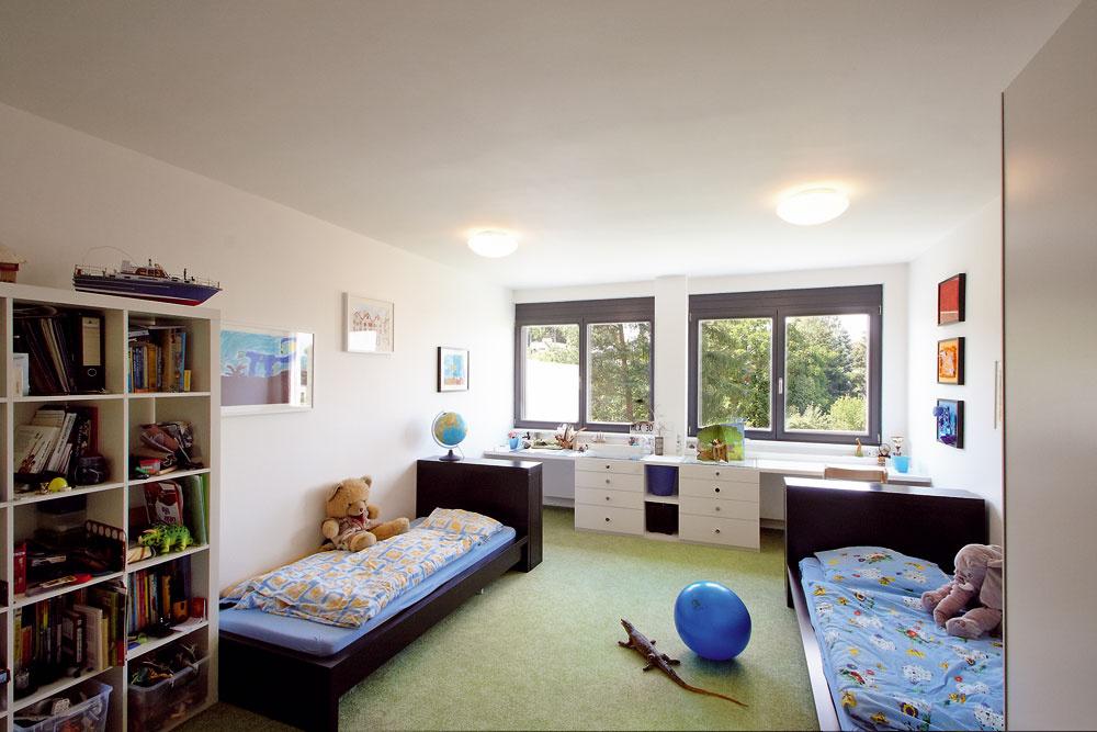 """Detské izby boli celé vrukách ratolestí. Chlapci si sami navrhli striedmu čierno-bielu kombináciu. Vďaka zamurovaniu pôvodného balkóna získali väčšiu izbu amamička pokoj vduši. """"Aspoň sa nemusím báť, že mi zneho spadnú,"""" usmieva sa."""