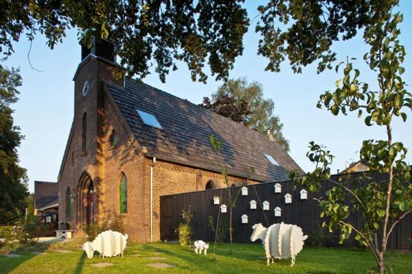 Bývalý kostol prerobili na rezidenciu s nádychom humoru a hravosti. Dôkazom toho sú makety ovečiek a vtáčích búdok, ktoré zdobia vstupnú časť dvora.