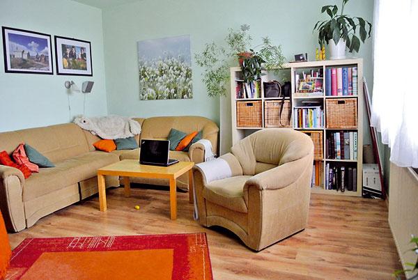 Obývaciu izbu orientovanú na sever zvolený odtieň zelenej, ktorý bol navyše aj na strope, ešte väčšmi ochladzoval.   Pred zmenou