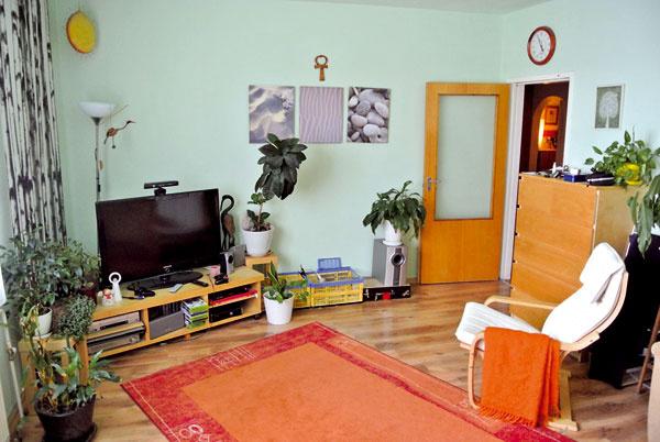 Obývaciu izbu orientovanú na sever zvolený odtieň zelenej, ktorý bol navyše aj na strope, ešte väčšmi ochladzoval.