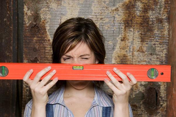 Pri vymeriavaní buďte precízni. Aj pol centimetra dokáže pri kuchynskom nábytku narobiť problémy, nehovoriac ovstavaných skriniach na mieru.
