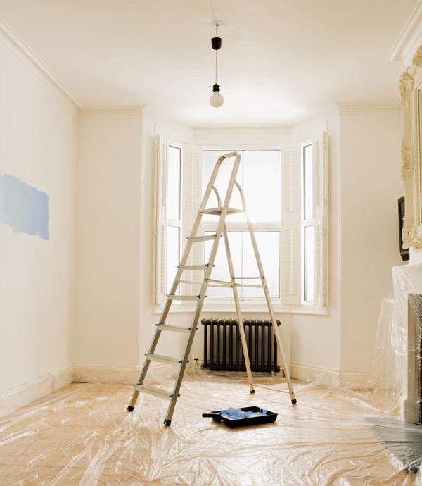 Nešetrite na ochranných fóliách. Dôkladne ochráňte podlahy, okná, dvere, nábytok azvláštnu pozornosť venujte skriniam sodevmi. Fólie so samolepiacimi prúžkami, ktoré dostanete vkaždej hobby predajni, sú skvelým vynálezom. Ich nalepenie síce stojí trochu času, ale pri upratovaní ho trojnásobok ušetríte.