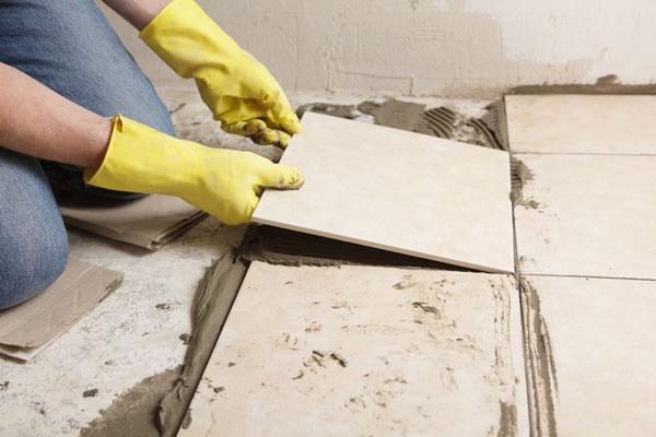 Ak si pri svojpomocnej renovácii nebudete dávať dostatočný pozor pri prípravných prácach, hrozí skôr katastrofa. Vyčistenie podkladu od prachu vám uľahčí aplikáciu novej podlahy.