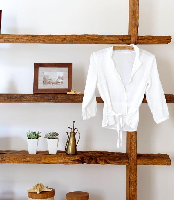Dajte ju do laty Využite staré laty. Striedaním rôznych drevených zvyškov môže vzniknúť nová interiérová stena. Ak nebudete mať čas ani chuť zbíjať veľkú dosku, vytvorte si zlát jednoduchý policový systém. Nestráňte sa ani tenkých latiek – na tie sú najvhodnejšie drevené vešiaky, ktoré nemusia držať len šatstvo, ale napríklad aj portréty vašich detí.