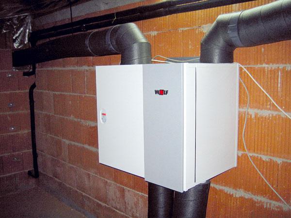 Vpasívnych alepších nízkoenergetických domoch je nevyhnutným doplnkom nútené vetranie srekuperáciou tepla. Rekuperačná jednotka Wolf CWL odsáva opotrebovaný vzduch zkuchýň, kúpeľní, WC alebo vedľajších miestností. Ten odovzdáva vprotiprúdovom doskovom výmenníku svoje teplo prefiltrovanému, čerstvému vzduchu, ktorým sa následne vetrá interiér. Protiprúdový výmenník tepla – rekuperátor, využije až 95 % tepla zodvádzaného vzduchu. Jednotka Wolf CWL má zabudovanú tzv. bajpasovú klapku, ktorá sa uplatňuje pri nočnom vetraní vletných dňoch, keď chladnejší vonkajší vzduch môže znižovať teplotu vprehriatom interiéri. Vtedy klapka automaticky otvorí kanál, ktorým vonkajší vzduch obchádza výmenník tepla, abez ohriatia sa privádza do miestností.