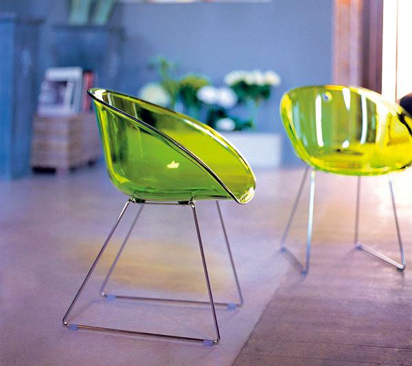 Priehľadný plastový nábytok prepúšťa svetlo, takže pôsobí ľahko avzdušne. Vkombinácii so subtílnou kovovou konštrukciou vyzerá tak, akoby nezaberal takmer nijaké miesto.