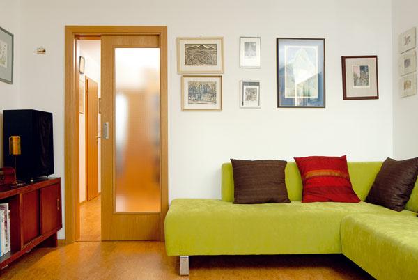 Dverové krídlo posuvných dverí sa pri otváraní či zatváraní neotáča, ale zasúva, ato nie do hocijakého otvoru vstene, ale do špeciálnej, plechovej schránky – stavebného puzdra. Práve vďaka zasúvaniu dverí do steny môžete vinteriéri ušetriť oproti otočným dverám približne 2m2. Tento priestor sa dá využiť napríklad na umiestnenie nábytku, ale ponúkajú sa aj ďalšie možnosti na zaujímavé dispozičné či architektonické riešenia.