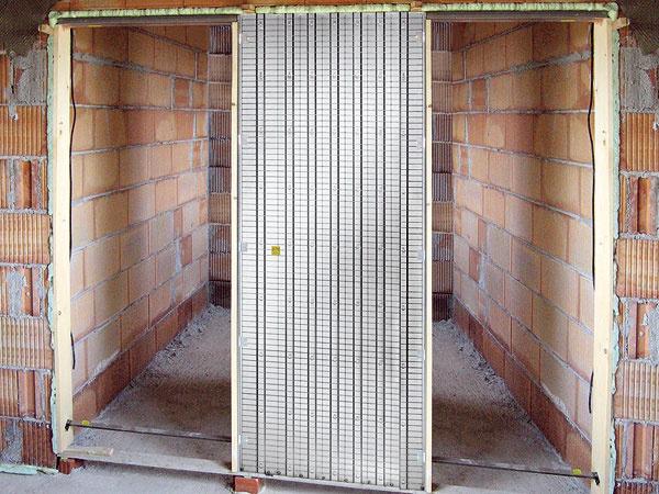 Stavebné puzdro J.A.P. tvorí plechová schránka (tzv. kapsa), horná lišta skoľajnicou, postranná stojka adve vzpery, ktoré zaisťujú, aby sa konštrukcia stavebného puzdra pri zabudovaní do priečky nezdeformovala. Vzpery sa odstránia spoločne skrytom plechovej kapsy, ato tesne pred zasadením dverového krídla do zabudovaného puzdra.  Stavebné puzdro J.A.P. určené do murovaných priečok
