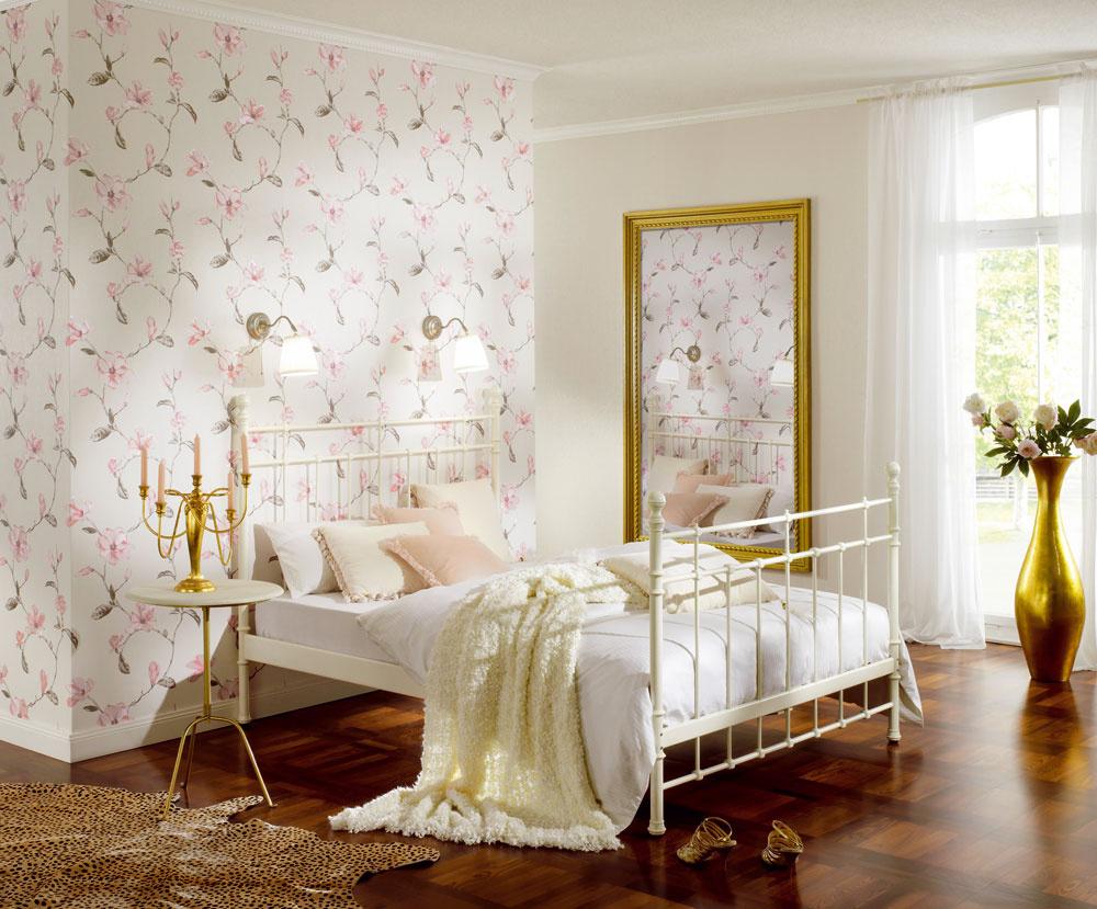 Svetlé farby alebo tapety na stenách miestnosť presvetlia aj ju opticky zväčšia. Dovoliť si môžete aj drobné, nenásilné motívy adekorácie – napríklad nežné kvietky alebo ornamenty.