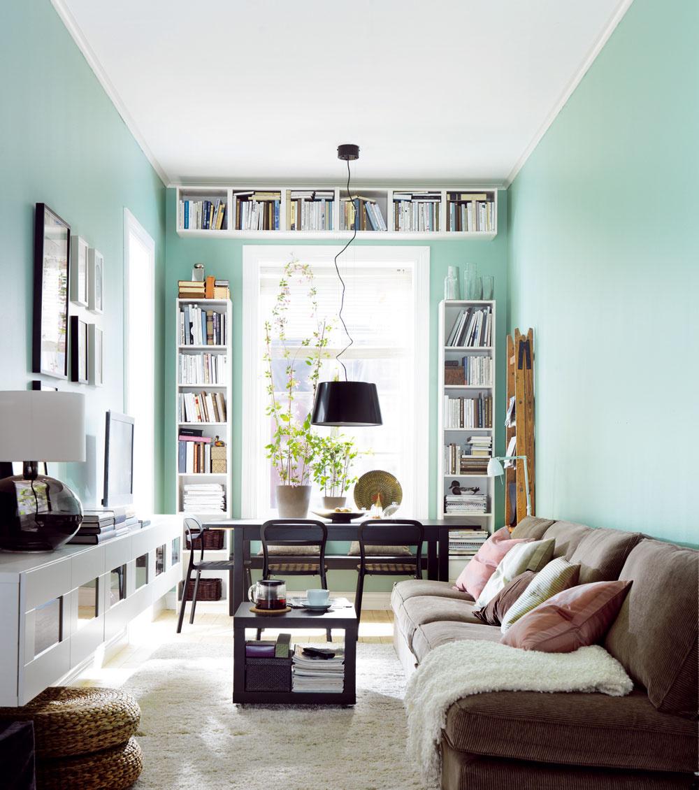 Keď je byt naozaj malý, musí padnúť nejedno tabu. Ani priestor okolo okien nie je posvätný. Rozhodne nie vtedy, ak ste náruživými čitateľmi alebo zberateľmi.