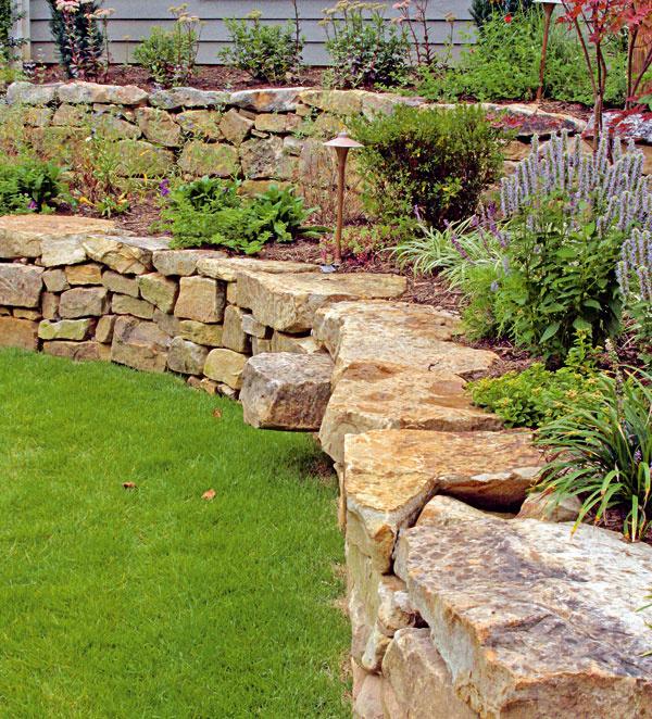Suché kvetinové múriky Suché preto, lebo na ich stavbu nepotrebujete maltu. Pred výstavbou suchého múrika je dôležité naplánovať si jeho umiestnenie, rozmery ajto, akým spôsobom sa bude stavať. Rovnako ako pri skalke, aj tu sa odporúča použiť ten istý druh kameňa.