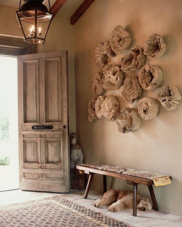 Zháňať obraz, ktorý by sa hodil k rustikálnemu nábytku a interiéru v prírodných farbách, je zbytočné. Kusy dreva narušeného nefalšovanými prírodnými vplyvmi sú ideálnym materiálom na vlastnú nástennú mozaiku. Surové drevo si pritom vystačí samo, netreba ho za každú cenu kombinovať, radšej si vyberte väčšie a výraznejšie časti. Fantázii sa medze nekladú.