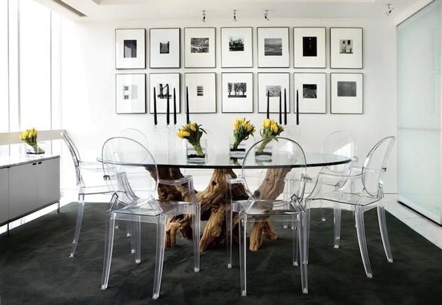 Moderný minimalizmus založený na plaste, skle, kove a náznakovitom kontraste čiernej a bielej. Na surové drevo ani nepomyslieť? Práve naopak. Jeden správne použitý dominantný kus zabezpečí, aby pravidelné tvary nepôsobili chladne, stroho, dokonca nudne. Získajú akúsi dramatickosť. Práve vďaka vzájomnému kontrastu vynikne trendová jednoduchosť aj prírodná klasika. Praktickú funkčnosť majú pritom spoločnú.