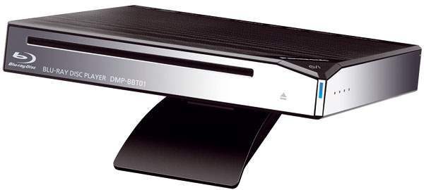 Blu-ray prehrávač Panasonic DMP-BBT01 možno postaviť vodorovne alebo zvisle. Prehráva 3D Blu-ray disky, konvertuje z2D do 3D aaj obraz prenášaný zinternetových serverov. Podporuje internetovú službu Viera Connect (webové aspravodajské servery ahry. Vstavaný Wi-Fi port. Cena 259 €.
