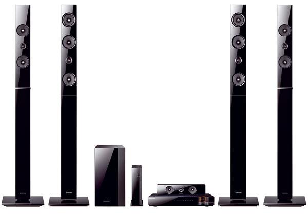 Domáce kino Samsung 3D Blu-ray HT-E6750W svýstupným výkonom 1 330 W (4× stĺpové reprosústavy a2× smerové reproduktory), prehráva 3D Blu-ray, Blu-ray, DVD, CD, USB (host). HDMI výstup, Bluetooth, iPod kolíska, iPod/iPhone cez USB, optický digitálny vstup, audio vstup aďalšie, Smart Hub, webový prehliadač, konverzia videa z2D do 3D. Odporúčaná cena 1 199 €.