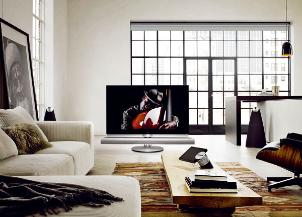 """LCD televízor Bang & Olufsen BeoVision 7 sa na motorizovaných stojanoch natáča tam, kde sa nachádzate. Ak chcete dosiahnuť pozorovací uhol 70°, stačí dotyk tlačidla na diaľkovom ovládači. TV sa dá nahnúť aj vozvislom smere. Má zabudovaný DVD prehrávač. Pri obrazovkách suhlopriečkou 40"""" a55"""" si môžete krajší obraz Full HD užiť vďaka mechanike Blue Ray. Cena 8260 €."""