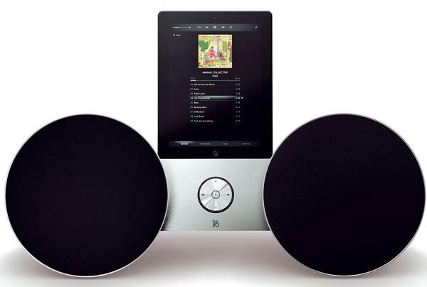 Dokovací reproduktor Bang & Olufsen Beoplay A8 – okamžité bezdrôtové prehrávanie hudby, automaticky vyhľadá každé zariadenie Apple, nabíjacia stanica na iPod alebo iPhone. Reproduktory vtvare kužeľov sú garanciou bezchybného zvuku, či sú na zemi, polici, alebo aj vrohu, či zavesené na stene, alebo iba umiestnené vo voľnom priestore. Súčasťou systému je aj diaľkové ovládanie. Cena 1149 €.