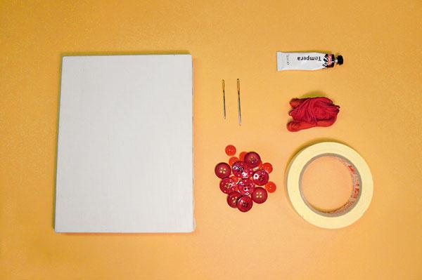 Čo budete potrebovať: • maliarske plátno akejkoľvek veľkosti • špongiu • čiernu olejovú farbu (alebo temperovú) • maliarsku lepiacu pásku • červené gombíky rôznych veľkostí (trblietky, ozdôbky podľa vlastného výberu) • vyšívaciu bavlnku vo farbe gombíkov • veľkú ihlu papier • nožnice • ceruzku
