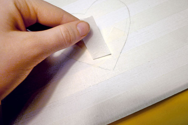 3. Lepiacu pásku striedavo lepíme na plátno vrovnakých vzdialenostiach avytvoríme tak pomocné pásiky.
