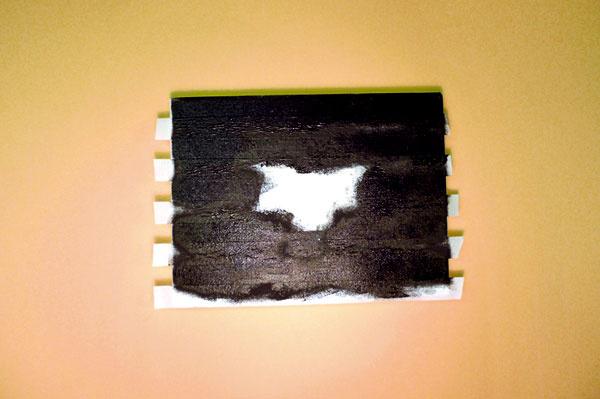 5. Špongiou namočenou vo farbe začneme vyfarbovať postupne celé plátno.