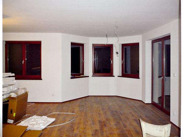 Namiesto pôvodných čerešňových parkiet navrhla architektka podstatne tmavšie, sdekorom wenge. Práve tmavé podlahy sú typické pre čisté moderné interiéry ovplyvnené východnými kultúrami.