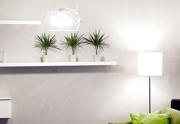Návrh interiéru charakterizuje lineárnosť, čisté geometrické tvary a jednoduché kompozície. Na sivej stene s povrchom evokujúcim pohľadový betón (je vytvorený nanášaním dvoch odtieňov sivej farby špachtľou) vynikajú lesklé biele police a skrinky, v budúcnosti by si tu mali nájsť miesto obrazy.