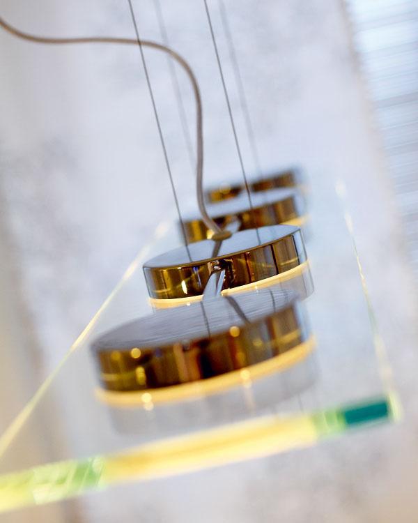 Jedna z úloh pre Annu Zimovú znela: navrhnúť vhodné osvetlenie. Osvetľovacie prvky nemali byť v tomto interiéri dominantné, preto architektka odporúčala sklenené svietidlá, ktoré pôsobia jemne a ľahko, inde zas využila lineárne LED osvetlenie v nike, prípadne bodové, zapustené v sadrokartóne.